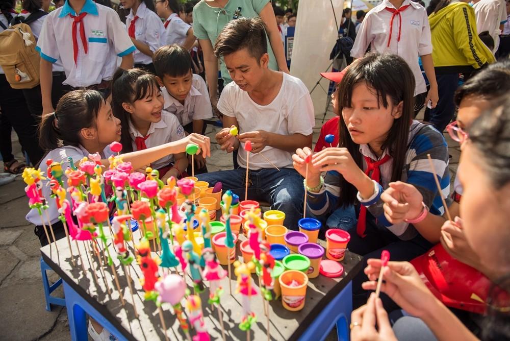 Trải nghiệm Nặn tò he với sản phẩm bột nặn Colokit thu hút đông đảo các em cùng tham gia.
